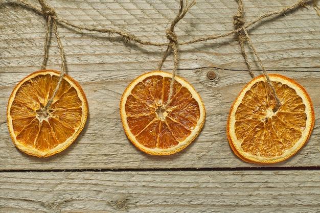 Kerst decor. gedroogde stukjes sinaasappel voor de decoratie van de nieuwe jaarboom Premium Foto