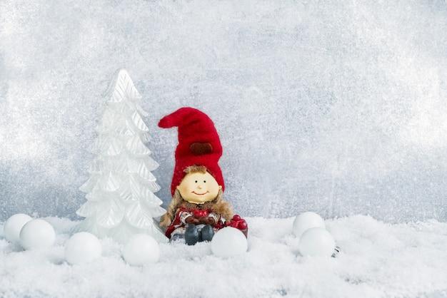 Kerst decoratie. decoratieve kerstmisspar en gnoom in sneeuw. copyspace Premium Foto