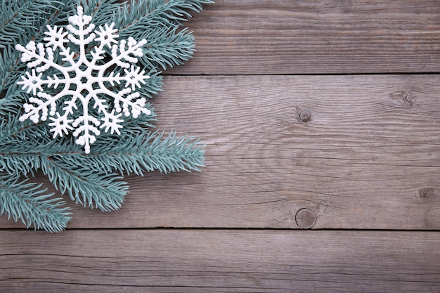Kerst decoratie. sparrentak met sneeuwvlok op een grijze achtergrond Premium Foto