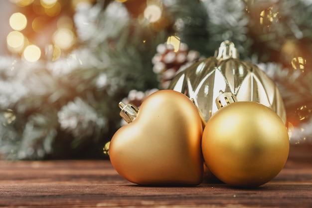 Kerst decoratieve ballen tegen wazig pijnboom Premium Foto