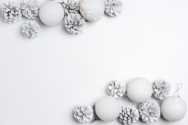 Kerst decoratieve compositie van speelgoed op een witte tafel achtergrond. Gratis Foto