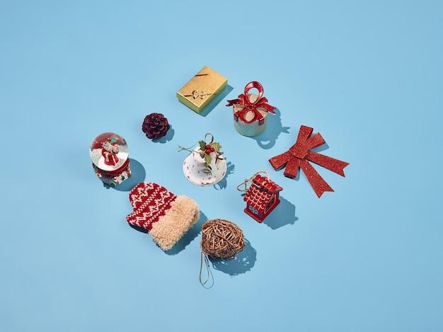 Kerst decoratieve elementen ingesteld op blauwe achtergrond Gratis Foto