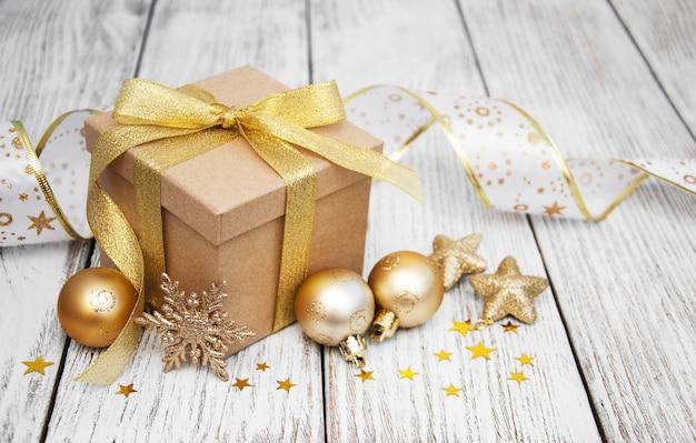 Kerst geschenkdoos en ballen Premium Foto