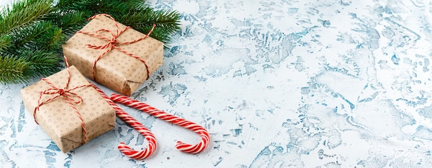 Kerst geschenkdozen, fir tak met kegels, zuurstokken op licht Premium Foto