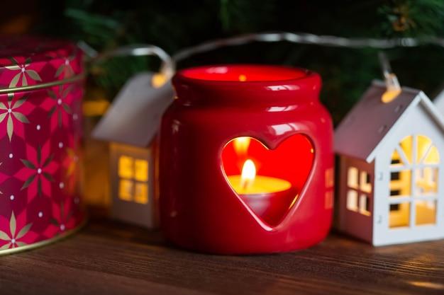 Kerst kaars en decoraties voor het nieuwe jaar en kerstvakantie Premium Foto
