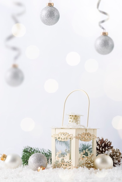 Kerst lantaarn op sneeuw met fir branch en winter decoratie op wit. vakantie kerst concept. Premium Foto