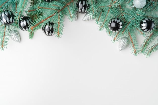 Kerst mock up met pijnboomtakken op wit, kopie ruimte, flatlay Premium Foto