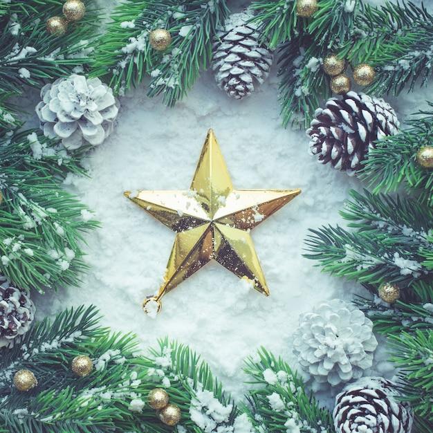 Kerst ornament met gouden ster en pijnboom, plat leggen Premium Foto