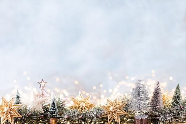 Kerst ornament met string lichten op blauwe achtergrond. Premium Foto