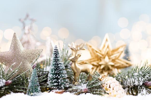 Kerst ornament met string lichten op blauwe achtergrond Premium Foto