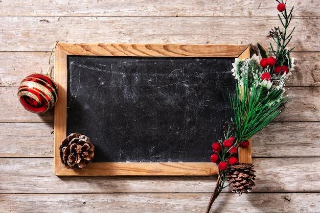 Kerst ornamenten en schoolbord Premium Foto