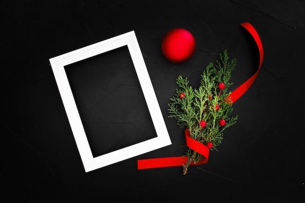 Kerst ornamenten met een frame met kopie ruimte op een zwarte achtergrond Gratis Foto