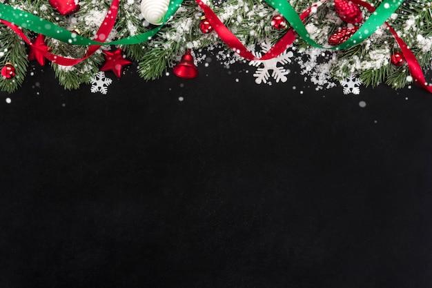 Kerst ornamenten met sneeuw decoreted op blackboard Premium Foto