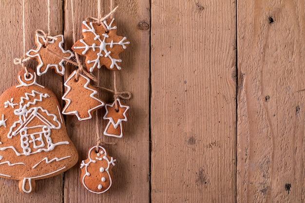 Kerst peperkoek opknoping over houten oppervlak Premium Foto