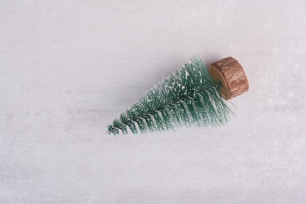 Kerst pijnboom op witte tafel Gratis Foto