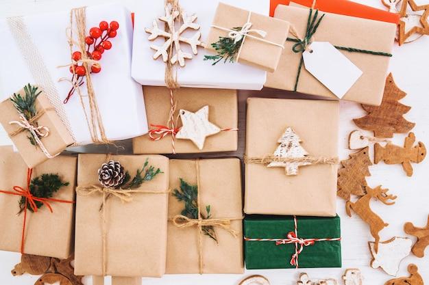 Kerst rustieke geschenkdozen collectie met tag voor merry christmas en nieuwjaar vakantie. uitzicht van boven. bovenaanzicht. Premium Foto