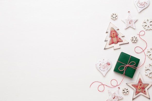 Kerst samenstelling. houten decoraties, sterren op witte achtergrond. Premium Foto