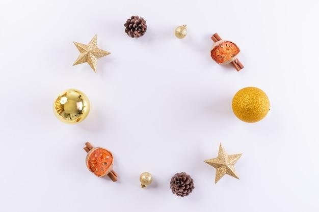 Kerst samenstelling. kerstmis gouden decoratie op witte achtergrond. bovenaanzicht, kopie ruimte. Premium Foto