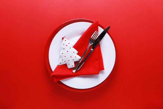 Kerst tabel couvert met rode en witte platen Premium Foto