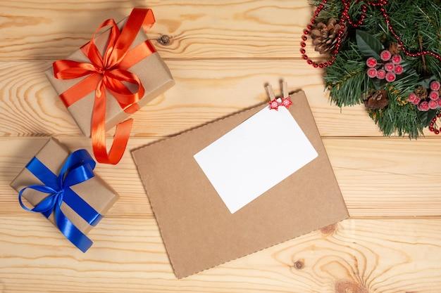 Kerst vakantie achtergrond met kerstboom en kerstversiering Premium Foto