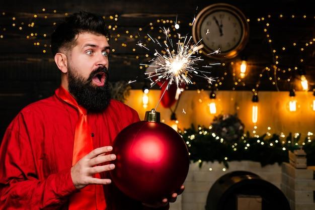 Kerst voorbereiding. gelukkig kerstman. schitterende explosie. kerst verkoop. de grappige kerstman wenst prettige kerstdagen en een gelukkig nieuwjaar. boom Premium Foto