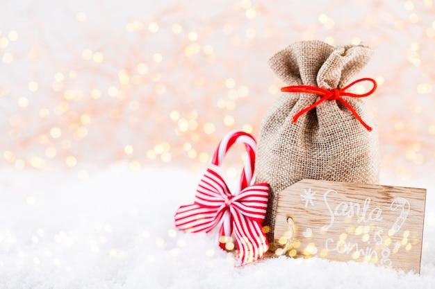 Kerst wenskaart. de vertakking van de kerstboom op glitter gouden bokeh licht achtergrond. Premium Foto