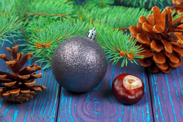 Kerstbal en kerstboom takken Premium Foto