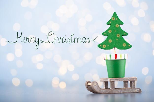 Kerstbal wenskaart versieringen op een blauwe bokeh Premium Foto