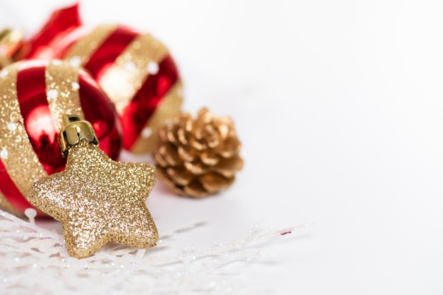 Kerstballen Met Gouden Ster Dennenappels En Sneeuwvlok Op Witte