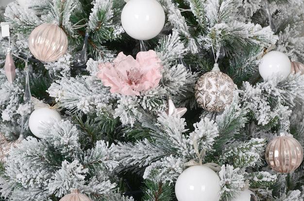 Kerstboom close-up versieren Premium Foto