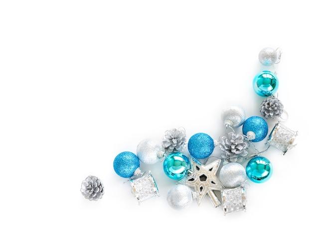 Kerstboom decoratieve ornamenten van ster, ballen, denneappel op witte achtergrond Premium Foto