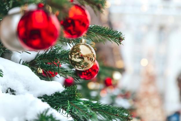 Kerstboom en kerstversiering met vage sneeuw Premium Foto