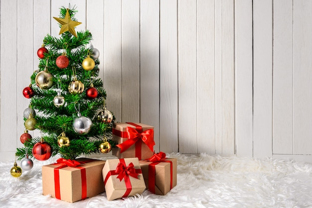 Kerstboom en ornamenten met geschenkdozen Premium Foto