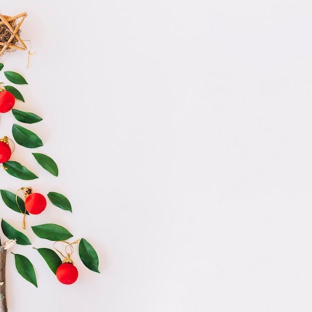Kerstboom gemaakt van groene folders Gratis Foto