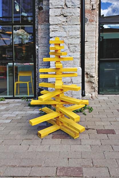 Kerstboom gemaakt van houten pallets en verf tot geel Premium Foto