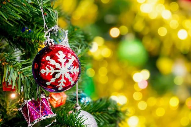 Kerstboom met abstracte gouden bokeh lichte achtergrond versierd Premium Foto