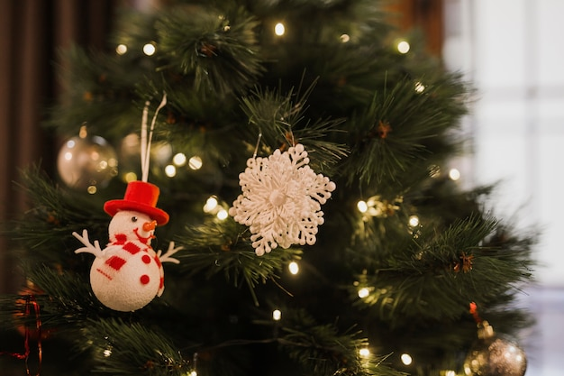 Kerstboom met kleine lampjes en speelgoed Gratis Foto