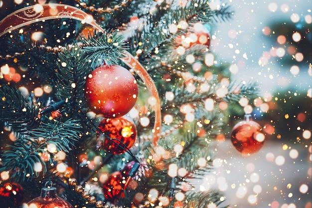 Kerstboom met rood balornament en decoratie, fonkelingslicht. kerstmis en nieuwjaar vakantieachtergrond. vintage kleurtoon. Premium Foto