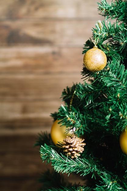 Kerstboom op onscherpe achtergrond Gratis Foto