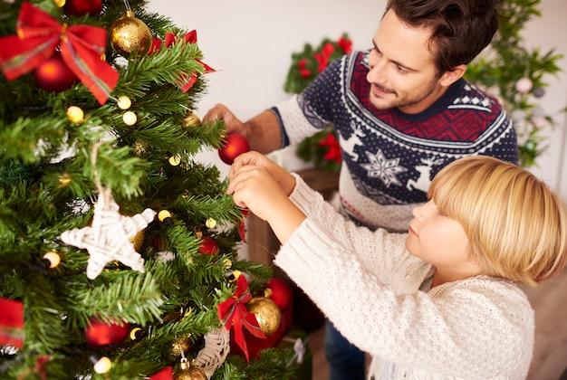 Kerstboom versieren met papa Gratis Foto