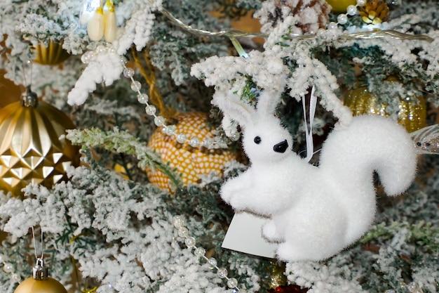 Kerstboomdecoraties. kerstspeelgoed, eekhoorn, vlinder, kralen en slinger, kleurrijke ballonnen. kerstmis. Premium Foto