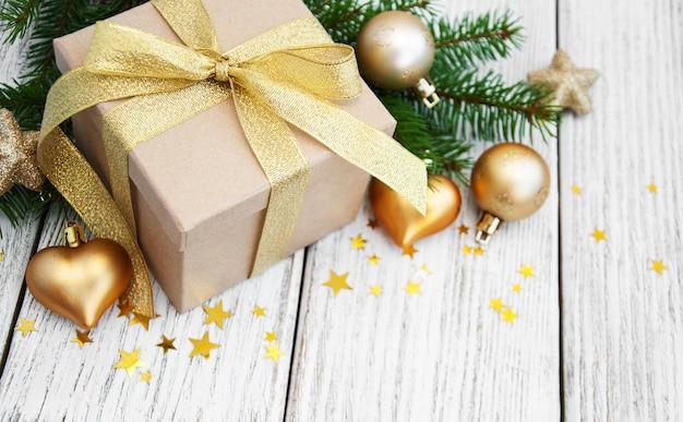 Kerstcadeau doos en ballen Premium Foto