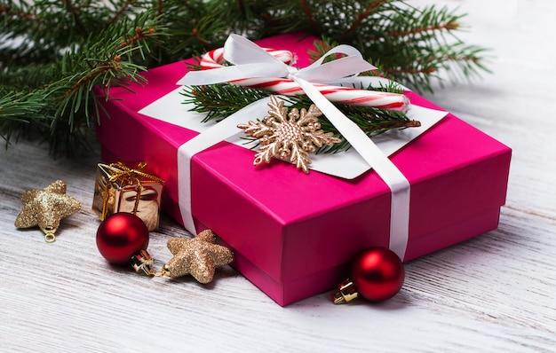 Kerstcadeau doos en decoraties Premium Foto
