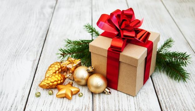 Kerstcadeau doos en kerstballen Premium Foto