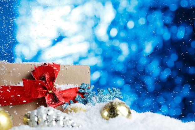 Kerstcadeau en decoratie op sneeuw close-up Premium Foto
