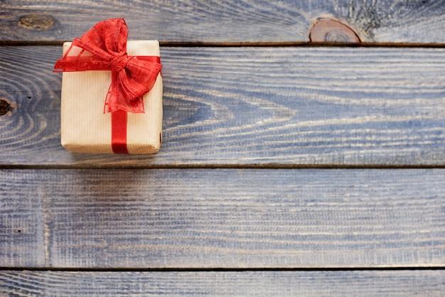 Kerstcadeau gebonden door rode strik Gratis Foto