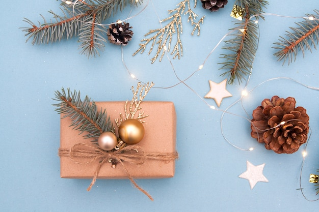 Kerstcadeau met decor op een blauwe achtergrond. kerstcadeau, nieuwjaar voorbereiding concept Premium Foto