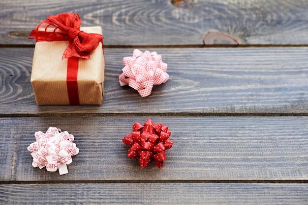 Kerstcadeau met drie strikken Gratis Foto