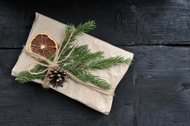 Kerstcadeau met fir tak en kegel Premium Foto