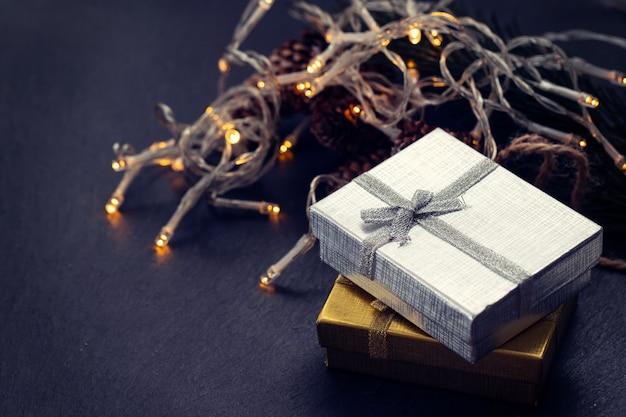 Kerstcadeau op zwarte keramische achtergrond Premium Foto